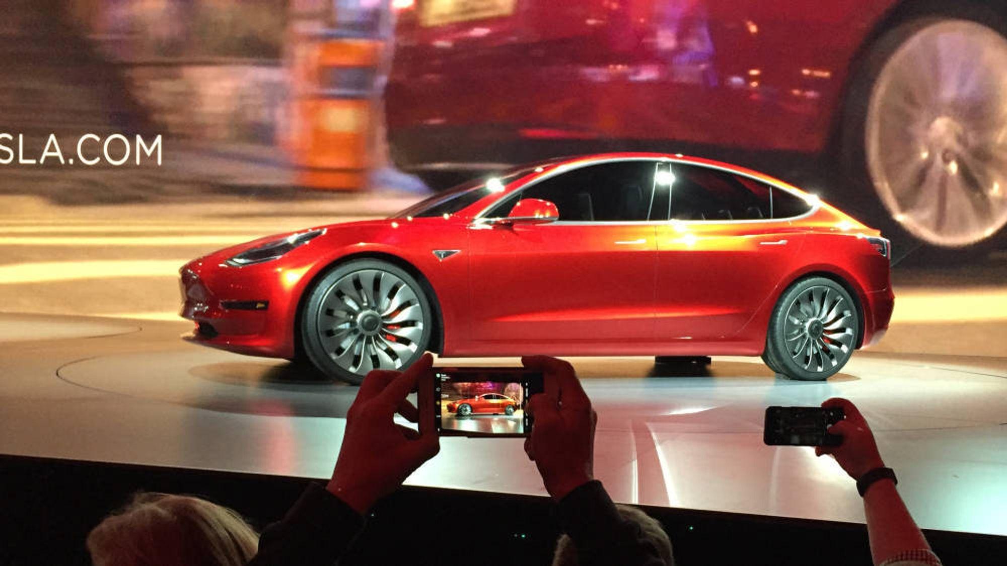 Nye Teslaer kommer med oppgradet maskinvare for autonom kjøring. Her fra utdelingen av de første 30 eksemplarene av Model 3.
