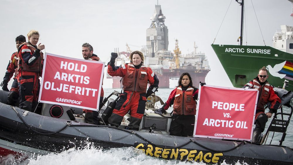 Greenpeace-aktivister demonstrer mot norsk oljeboring ved oljeplatformen Statoil Songa Enabler i Barentshavet.