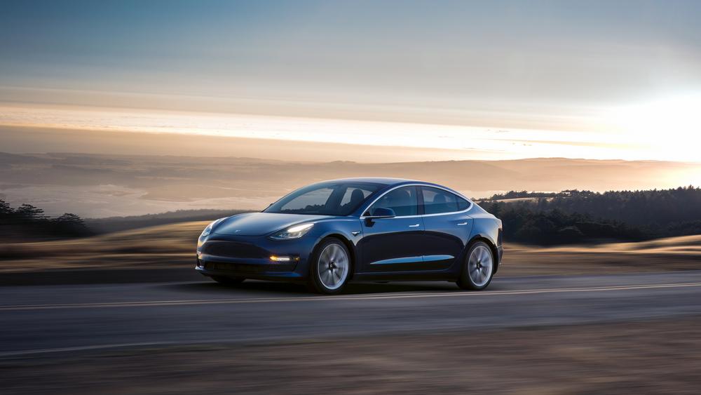 Tesla Model 3 kommer nå i en rimelig utgave i Norge.
