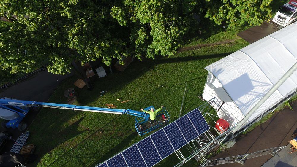 I løpet av de kommende dagene skal det monteres 60 kvadratmeter med solceller i området ved siden av Øyafestivalen. Foto: Hjellnes Consult.