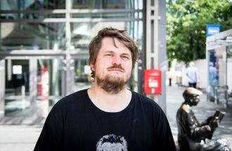 Journalist og forfatter Lars Akerhaug utenfor redaksjonene til VG og Aftenposten i Akersgata. Arkivfoto.