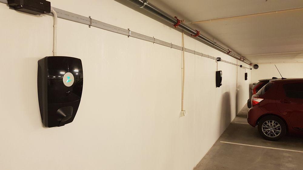 Zaptec skal installere ladere London med Tesla. Her fra en installasjon i Bærum.