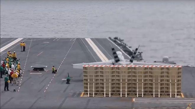 Her letter et fly for første gang fra et hangarskip ved hjelp av en elektromagnetisk katapult