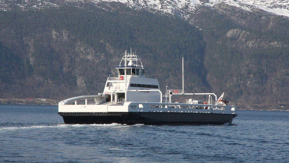 Siden januar 2015 har Ampere krysset Sognefjorden mellom Lavik og Oppedal. Nå får skroget nytt bunnstoff.