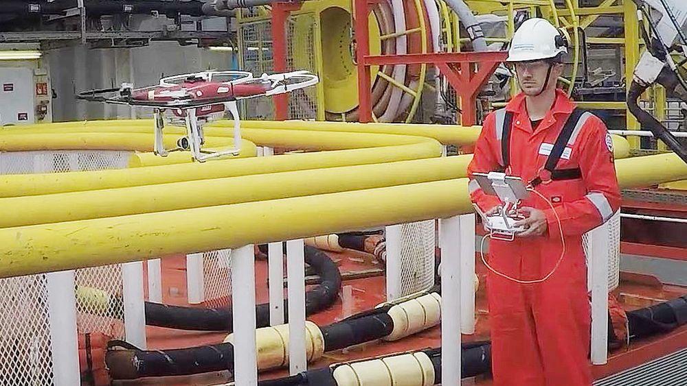 DNV GL-inspektør Fryderyk Hoga styrer dronen om bord på TSV-en (tender support vessel)  Safe Scandinavia.