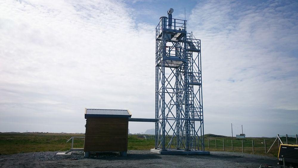 Dette er tårnet på Røst (ENRS) som siden juni i fjor har sendt direktebilder til kontrollsenteret i Bodø.