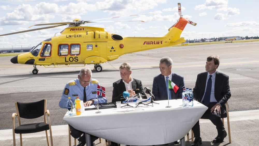 Politidirektør Odd Reidar Humlegård og justisminister Per-Willy Amundsen signerer kontrakt for nye politihelikoptre på Gardermoen mandag sammen med Leonardo Helicopters-sjef Daniele Romiti og ambassadør Giorgio Novello.
