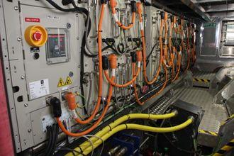 En batteripakke fra PBES på 90 KWh er plassert i hvert sitt skrog på Elfrida. Siemens har levert energi- og kontrollsystemene. Nå vil de også levere batteriene selv.