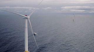 Her er den første dronevideoen av verdens første, flytende vindpark