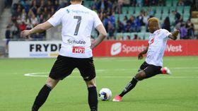 GOD SKOTFOT: Blant anna utmerka Nwakali seg med langskot på mål som var vanskelege for målmennene å hanskast med.