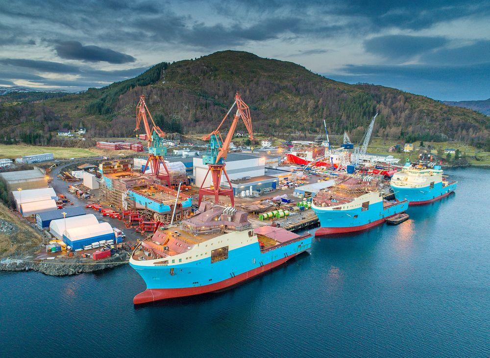 Tre av seks ankerhåndteringsfartøy ligger til utrustning ved Kleven i Ulsteinvik tildigere i år. Per august 2017 er to levert.