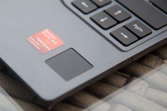 Du kan låse opp PC-en ved å holde hånden over sensoren.