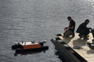Otteren på vei inn til brygga etter utført kartleggingsoppdrag i sjøen utenfor Maritime Robotics' lokaler på Brattørkaia i Trondheim.