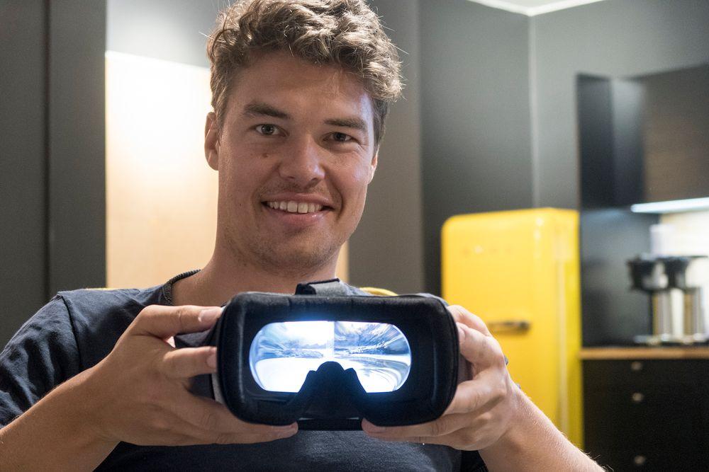 Filmens hule: Det Harald Manheim holder opp ser ut som en VR-brille, men det er det så langt fra. Dette er en film og videobrille for å kunne bruke mobiltelefonen som storskjerm. Foto: Odd Richard Valmot