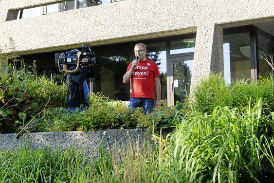 ENGASJERT: Her ser du Helge Marstrander tale foran rådhuset i forbindelse med statsrådbesøk rundt Taraldrud-saken.