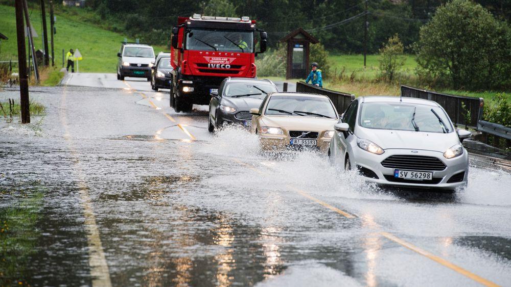 Store nedbørsmengder fører stadig oftere til oversvømte bilveier, som her på E39 ved Klandsvatnet i Bergen.