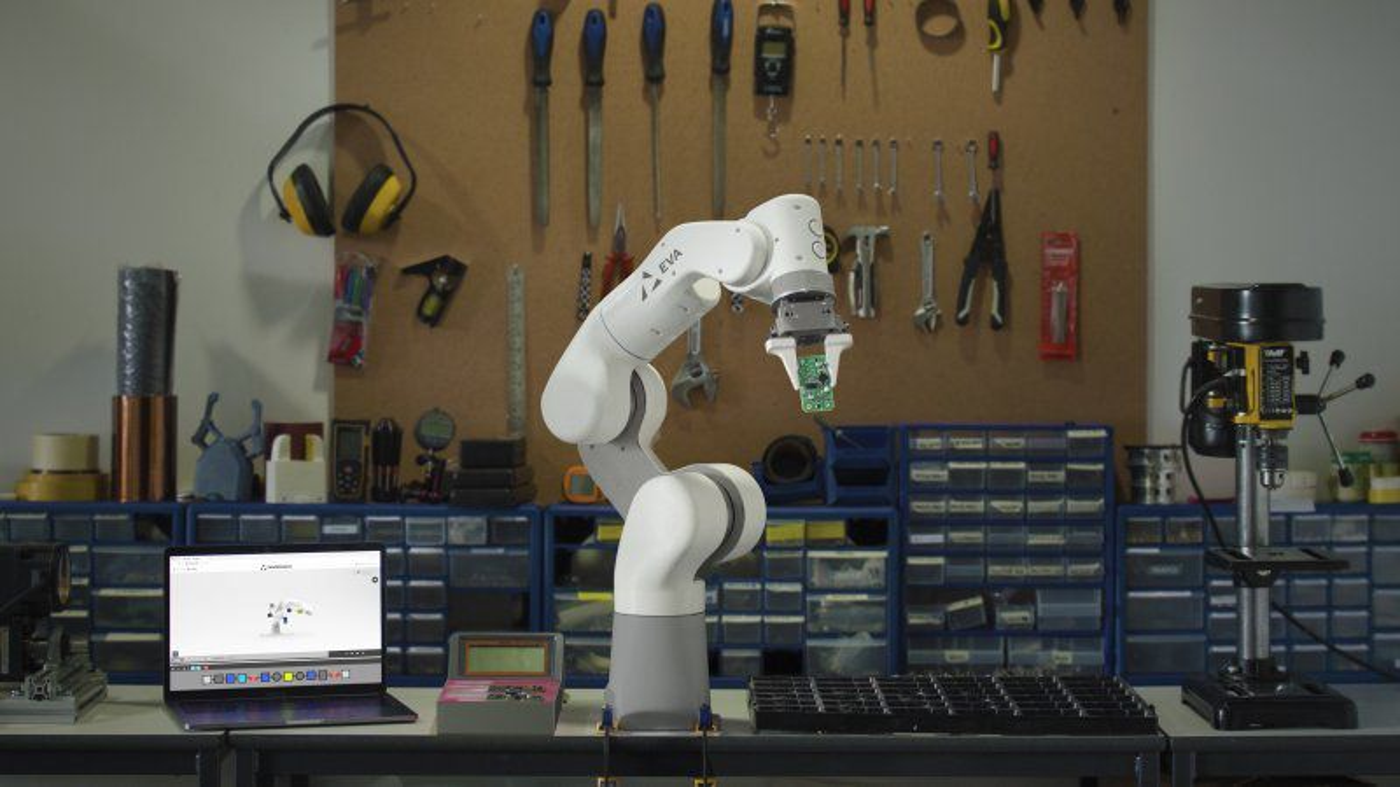 Med sine bare åtte kilo er Eva-roboten, ifølge Automata, lett nok til å bli flyttet rundt i produksjonen eller laboratoriet etter behov. Ifølge en dansk robotforsker minner Eva om den tyske lavbudsjettsroboten Franka.(Foto: Automata)