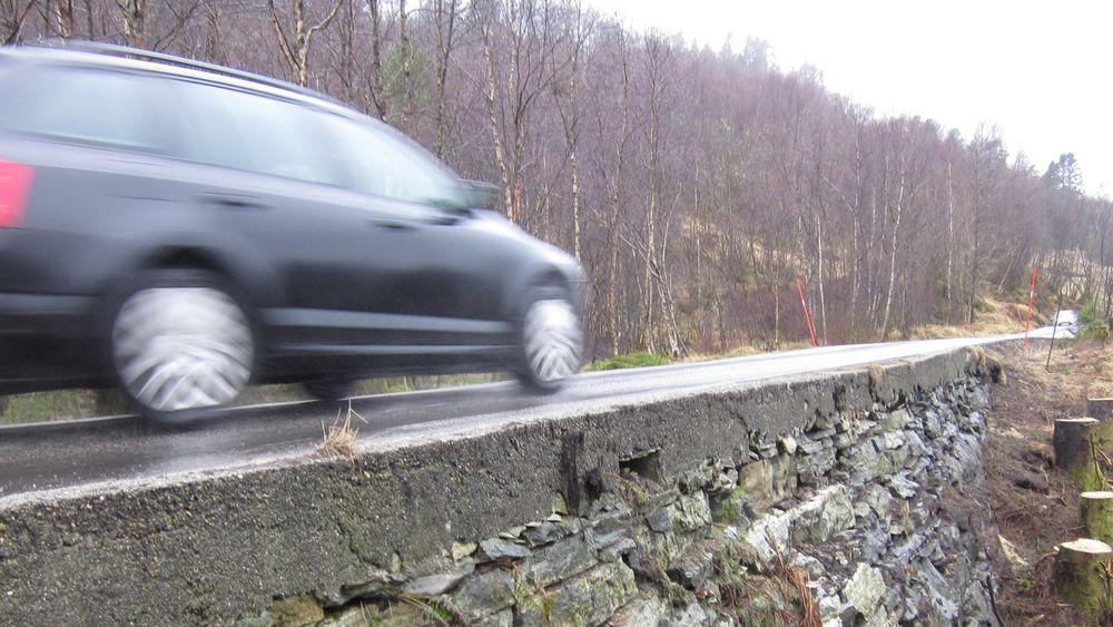 Bildet viser en strekning på fv 402 i Lindås kommune. Her var det ikke rekkverk. Bare en lav betongkant. Kombinasjonen melllom feil rekkverk og farlig sideterreng er dødelig.