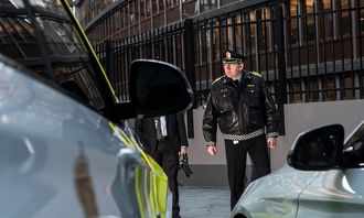 Poiltidirektør Humlegård beveger seg mellom nye politibiler. Nå sender han flere ut i distriktene.