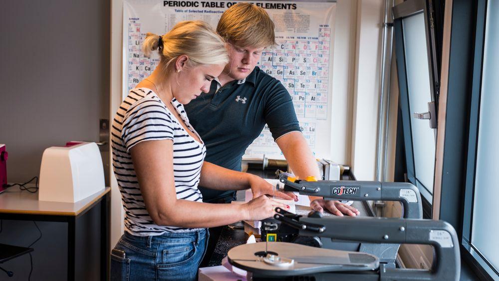 Thea Grønn Knutsen og Dennis Årrestad skjærer isopor. Dette skulle egentlig brukes som blink, men ideen ble senere forkastet.