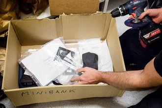 """På et lager i kjelleren til lensmannskontoret, står en kasse merket """"MINIBANK"""". Her ligger mye av beslaget etter minibankbrekket, blant annet legitimasjonen til en av rumenerne - og drillen de brukte for å bore hull i minibankene."""