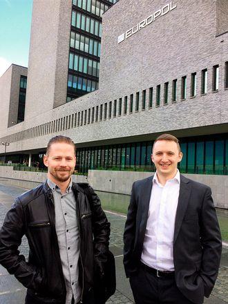 REISEFOT: Sindre Sørbråten Breda og Vegard Dale ble invitert fra Sogn og Fjordane til Haag i Nederland for å fortelle Europol om de internasjonale sporene de hadde avdekket under etterforskningen. - Det var kjekt å være nordmann i Europol. Vi fikk mye skryt for jobben vår, forteller Dale.