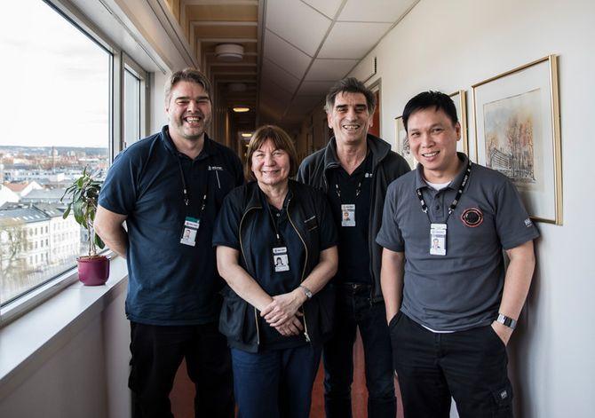 Svein Ove Selebø, Britt Salamonsen og Saliu Zulfi og Quang Lynh Le trives i jobben som renholdere på politihuset på Grønland. – Å bli kjent med de man jobber med er givende, sier Selebø.