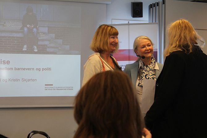 Norunn Vorland og Kristin Skjørten diskuterer rapporten med tilhørere.