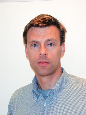Kronikkforfatteren, Erik Døving, utga i 2016 boken: «Profesjon og ledelse» sammen med Beate Elstad og Aagoth Storvik.