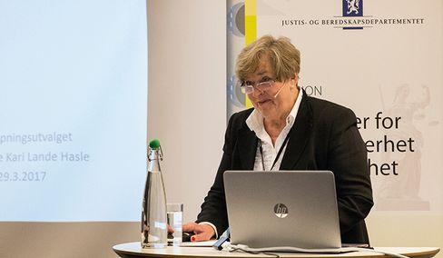 LEDER: Anne Kari Lande Hasle, utvalgsleder i bevæpningsutvalget. Høringsfristen er 1. desember, og senere skal Justisdepartementet legge fram sitt forslag for Stortinget.