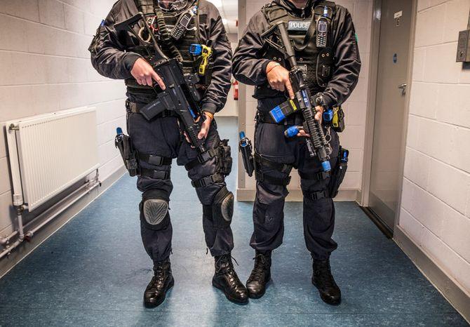 To bevæpnede britiske politifolk tilhørende ARV-enhetene, under trening på politiets treningssenter utenfor London.