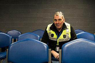 – Hvorfor vil man bevæpne seg, spør Malcolm Penfold, instruktør ved London-politiets treningssenter.