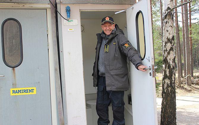 Transportable toaletter har erstattet «utedassen». Lars Stamnes smiler, men er ikke stolt over tilværelsen og sanitærtilbudet.