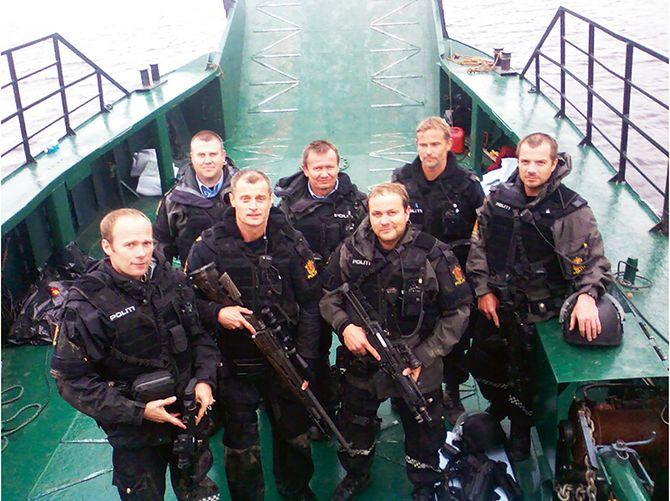 Mannskaper fra Søndre Buskerud politidistrikt forlater Utøya 23. juli 2011. Ingen av dem ble intervjuet av 22. juli-kommisjonen.