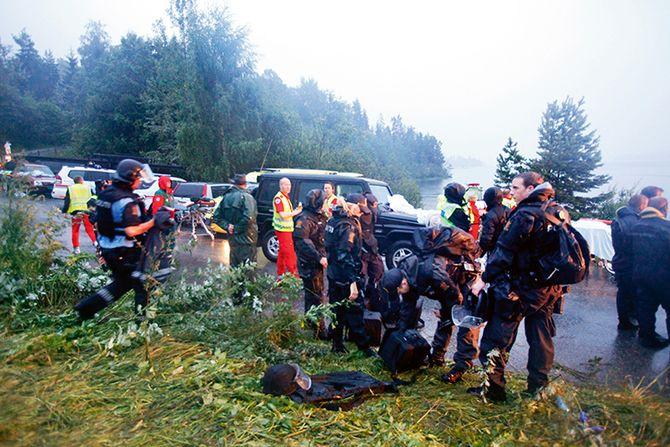 Politi og ambulansepersonell, blant dem Kjell Syvertsen, på landsiden overfor Utøya 22. juli 2011.