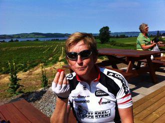 AKTIV: Eva B. Ragde har en travel jobb. Derfor bærer det ofte rett til ut og til fjells når hun har turnusfri og helgefri. Her er hun på sykkeltur tidligere i sommer.