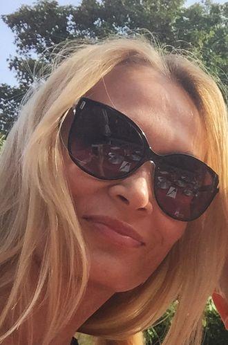 SOMMER OG SOL: I sommerferien har Eva Sjøholt-Sandvik koblet av fra jobb og kost seg med familien, forteller hun.