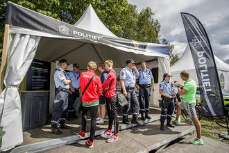 TREKKPLASTER: Politienheten på Eksbergsletta er et populært møtepunkt med publikum.