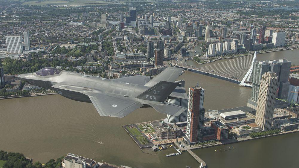 Et av det nederlandske luftforsvarets på sitt første hjemmebesøk over Rotterdam for et drøyt år siden. Da ble det blant annet gjennomført tre ukers støytesting.