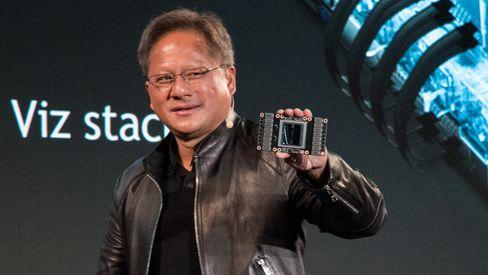 Nvidia-sjef Jensen Huang viser frem den Volta-baserte GV100 GPU-en som sitter i utregningskortet Tesla V100. En nedskalert Volta-brikke blir før eller siden å finne i GTX-serien.