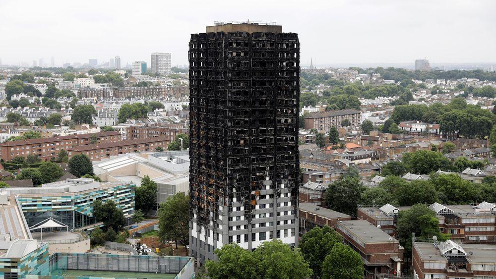 Det nå utbrente Grenfell Tower ble renovert – blant annet med en etterisolering av fasaden – i 2016. Nå mistenkes det at fasadesystemet har vært medvirkende til spredningen av brannen. London, UK, 15. juli 2017.  REUTERS/Tolga Akmen