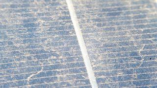 Har studert støv på solcellene i halvannet år - nå er resultatet klart