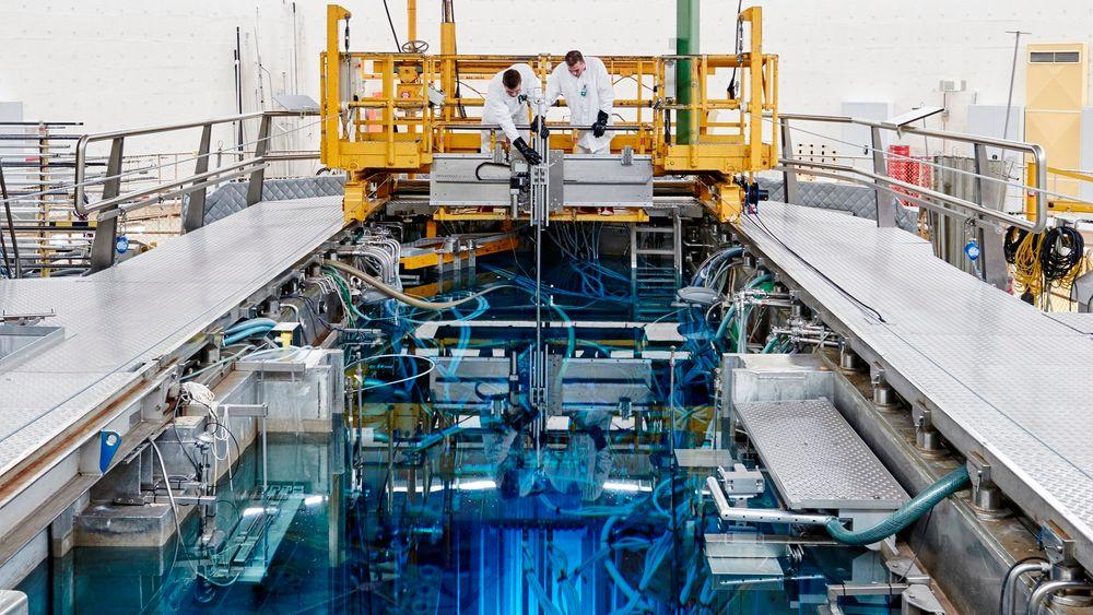 To forskere arbeider på testreaktoren i Petten.