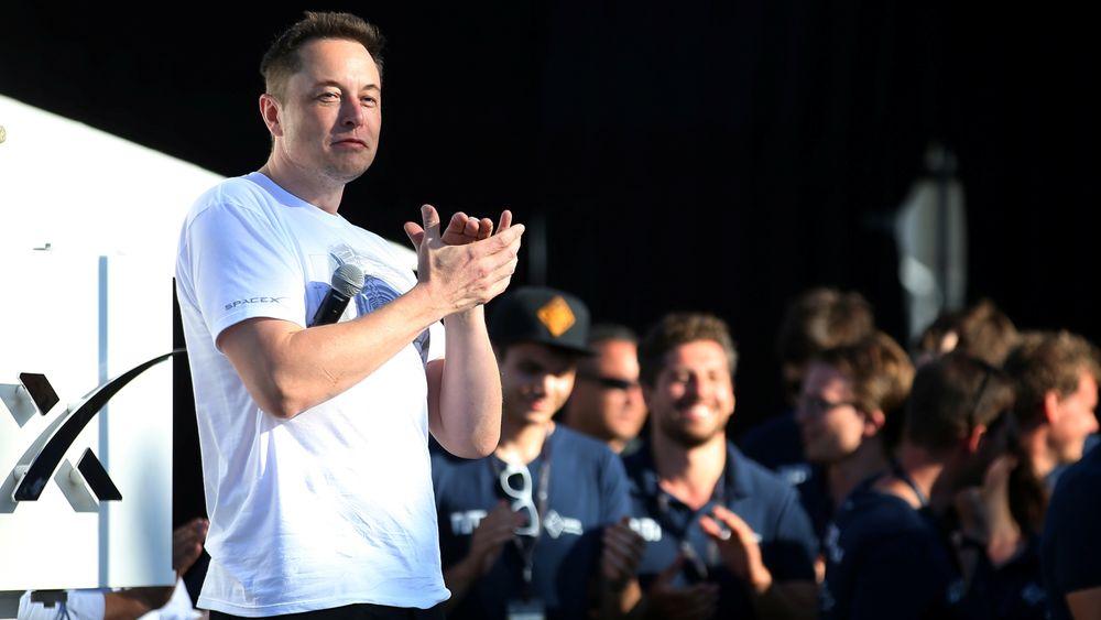 Elon Musk applauderer Warr Hyperloop, vinneren av SpaceX Hyperloop Pod Competition II in Hawthorne i California i slutten av august. Nå har Musks egen kapsel satt ny fartsrekord.