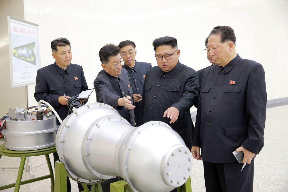 Nord-Korea kan ha gjennomført en kjernefysisk prøvesprenging. Nord-Korea har utviklet en hydrogenbombe som kan festes til den nye interkontinentale raketten landet har utviklet, meldte det nordkoreanske nyhetsbyrået KCNA tidligere søndag. Her er landets leder Kim Jong-un fotografert under en inspeksjon søndag.