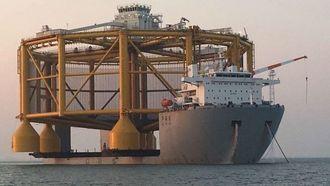Ocean Farm1 måler 110 meter i diameter og stikker godt ut på sidene fra 43,6 meter brede og 182 meter lange Hua Hai Long.