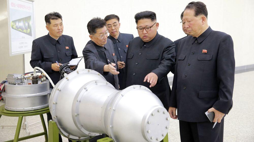 Kim Jung-un gir gode råd om konstruksjonen av den nye bomben. Modellen som vises her, minner om en konvensjonell totrinns bombe med Teller-Ulam-konstruksjon. Men eksperter mener at bomben som ble testet kan ha hatt en annen og mye enklere konstruksjon – en såkalt boosted bombe – hvor sprengkraften er mindre enn den i en «ordentlig» hydrogenbombe.