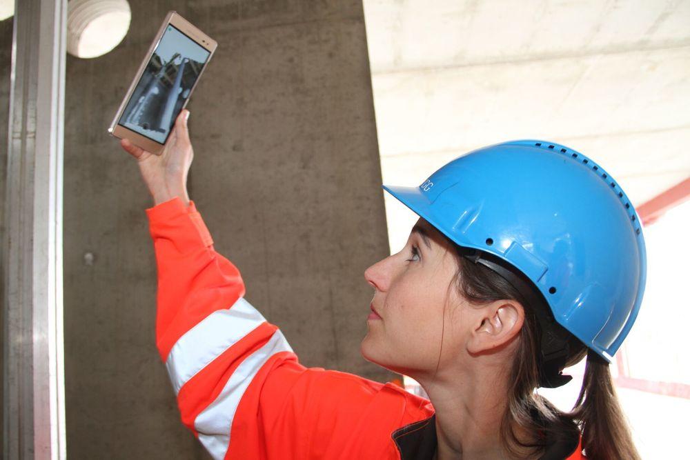 Sarah Müller skanner 3. etasje i råbygget som skal bli det nye Veterinærbygget på NMBU. Dataene fra mobiltelefonen sjekkes mot BIM-modellen, og alle avvik blir funnet. Statsbygg anslår at de vil spare flere hundre millioner kroner bare på dette ene bygget med den nye løsningen til Imerso.