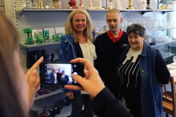ARBEID: Ministeren møtte mellom anna Ulf Olsen, ein av dei som har kome ut i ordinært arbeid etter ei tid på Gamleskulen.