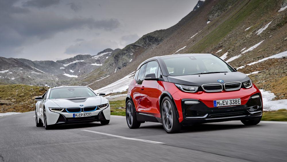 BMW i8 og i3. Sistnevnte kan nå leveres i en mer sportslig utgave, fire år etter at den først kom på markedet.